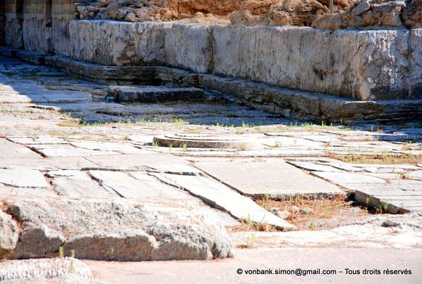 [NU905-2011-149] Cnossos (Crète) : Cour pavée de l'entrée occidentale