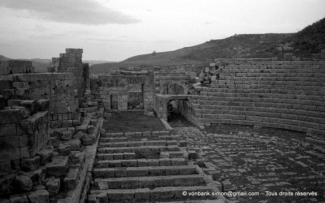 [NB034-1978-57] Khemissa (Thubursicu Numidarum) : Le théâtre, orchestre et scène - Vue prise de la scène, à l'Ouest