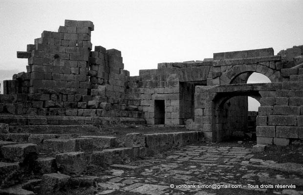 [NB034-1978-65] Khemissa (Thubursicu Numidarum) : Le théâtre, couloir oriental et tribune - Côté Est de la scène