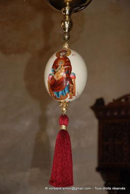 [NU900x-2013-0138] Crète - Chrysoskalítissa : Œuf d'autruche peint, accroché au lustre, devant l'iconostase