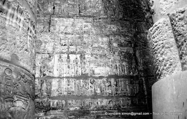 [NB087-1973-06] Karnak - Temple de Khonsou : Façade du pylône II de la grande cour du Temple de Karnak avec sa grande porte et ses mâts porte-oriflamme