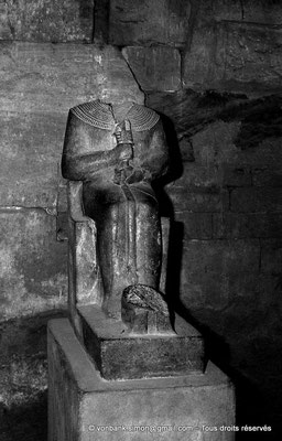 [NB075-1973-54] Karnak - Temple de Ptah : Statue acéphale du dieu Ptah (chapelle centrale)