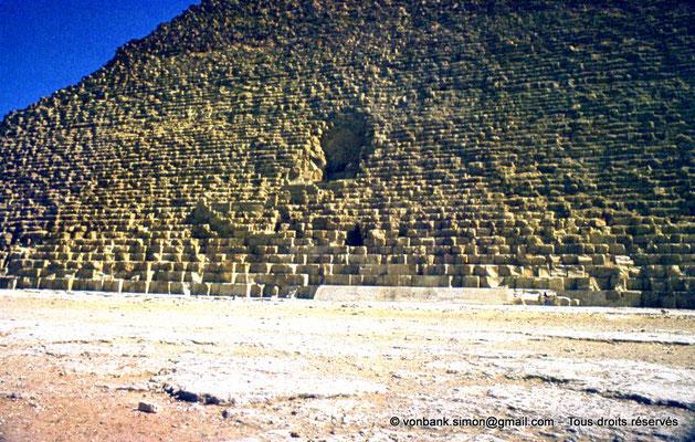 [087-1973-19] Gizeh - Khéops : Face Nord avec l'entrée de la pyramide du Roi