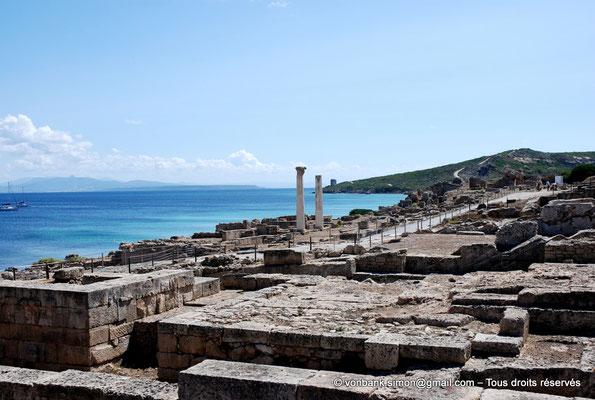[NU904-2015-216] Tharros (Sardaigne) : Temple tétrastyle dont il ne reste que deux colonnes