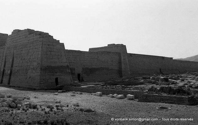 [NB086-1981-63] Medinet Habou : Côté droit du premier pylône et mur Nord du temple de Ramsès III