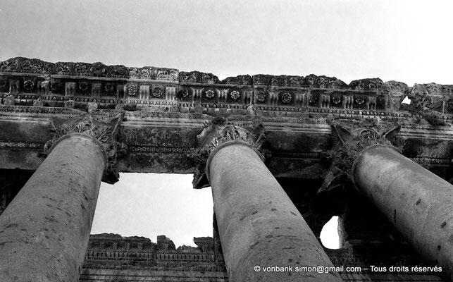 [NB071-1973-03] Baalbek : Temple de Bacchus - Bas-côté avec son plafond à caissons