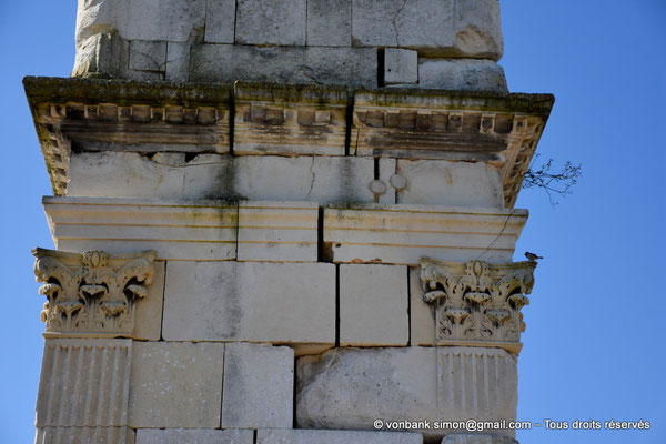 [NU910-2020-2075] Saintes (Mediolanum Santonum) : Détail de la face Nord de l'arc votif - Détail des pilastres à chapiteau corinthien