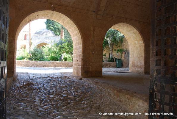 [NU900-2012-0143] Agia Napa : Depuis l'une des entrées du monastère, vue sur la fontaine octogonale surmontée d'un dôme de pierre (XVI°)