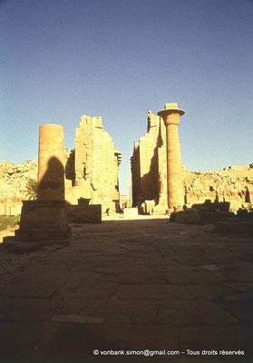[082-1973-24] Karnak - Grande cour : Kiosque de Taharqa - En arrière-plan, Porte du deuxième pylône