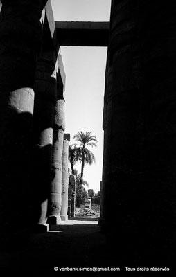 [NB075-1973-28] Karnak - Salle hypostyle : Partie de l'allée transversale orientée vers la Porte Nord