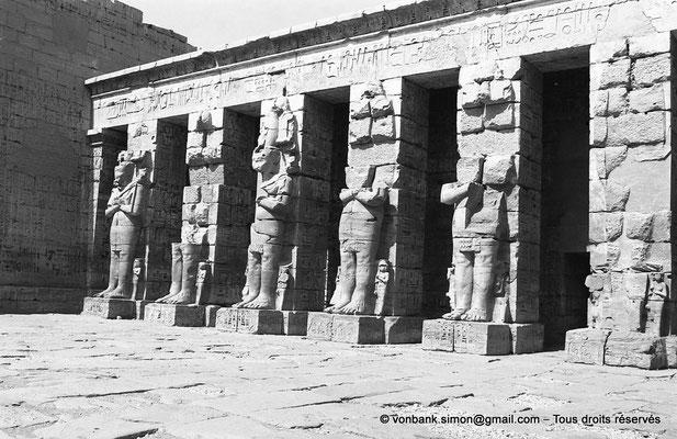 [NB086-1981-51] Medinet Habou : Colonnes osiriaques de la première cour (Temple de Ramsès III)