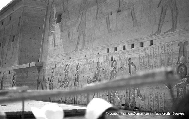 [NB076-1973-43] Philae : Temple d'Isis - Toit du Mammisi (au ras de l'eau), Pylône 1