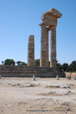 [NU901-2009-0102] Rhodes : Sanctuaire d'Apollon Pythien (colonnes relevées)