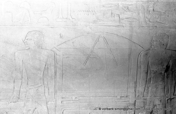 [NB080-1973-13] Saqqara - Mastaba de Meryteti : Coffre à linge porté par deux hommes (Chambre C4, mur Est)
