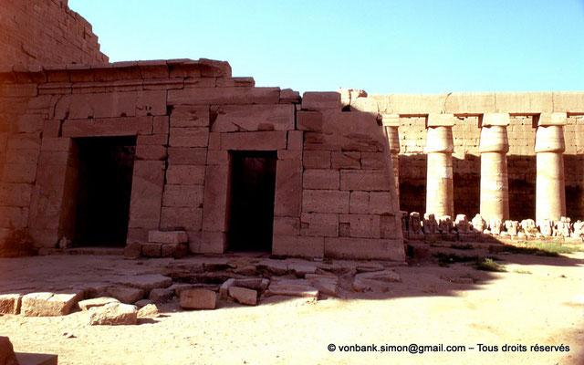 [082-1973-01] Karnak - Temple de Séthi II : Façade du temple reposoir de Séthi II - En arrière-plan, colonnade de Chechonq Ier