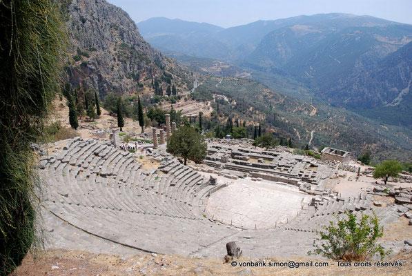[NU901-2008-0181] GR - Delphes - Théâtre : Orchestra et Cavea - devant, le temple d'Apollon puis le Trésor des Athéniens - en arrière-plan, vers la gauche, le site du gymnase