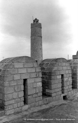 [NB015-1981-07] Sousse (Hadrumetum) : Ribat : Mur crénelé et tour Sud-Est utilisée comme minaret