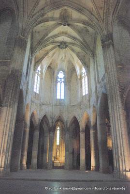 [NU001-2017-554] 34 - Villeveyrac - Valmagne : Le Chœur vu depuis la croisée du transept - Au fond, dans la chapelle du chevet, statue de la Vierge (XVII°)