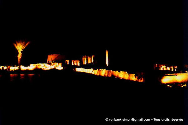 [081-1973-17] Karnak - Son et lumière : Derrière le lac sacré (non visible), de gauche à droite, pylône VII, cour de la cachette, pylône I, salle hypostyle et obélisque de Thoutmôsis Ier