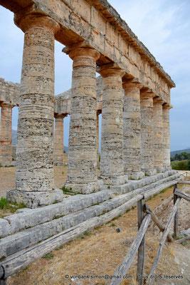 [NU906-2019-1392] Ségeste : Temple inachevé - Face Sud (vue partielle vers l'Est)
