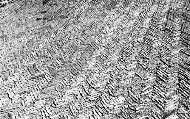 [NB042-1978-01] Timgad (Thamugadi) : Intérieur du fort - Sol du péristyle de la piscine avec son dallage de briques disposées en chevrons