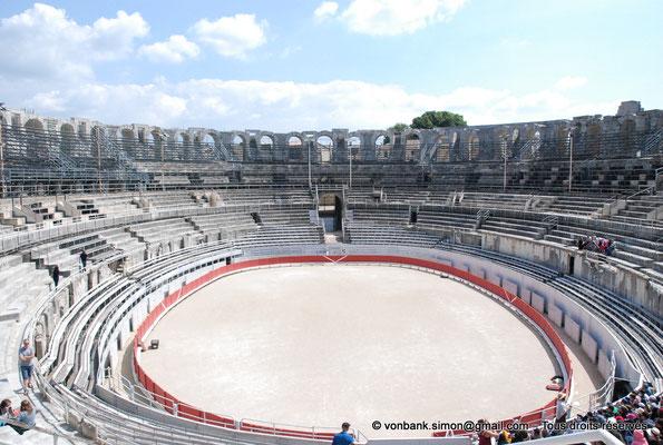 [NU001k-2018-0007] Arles (Arelate) - Amphithéâtre : L'arène - Vue d'ensemble vers le Sud