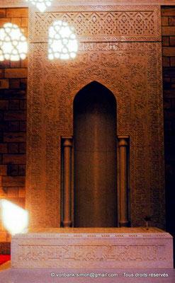 [089-1973-08] Assouan : Intérieur du Mausolée de l'Aga Khan III - Sur la droite de la pierre tombale, on peut entrapercevoir le soliflore contenant la rose déposée de son vivant quotidiennement par la Bégum