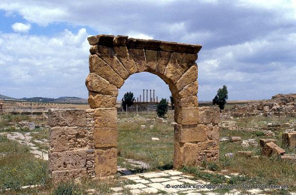 [009-1985-09] Henchir Kasbat (Thuburbo Majus) : Arc de Baalat - En arrière-plan, le Capitole