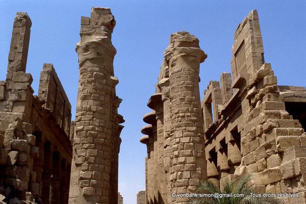[068-1981-19] Karnak - Salle hypostyle : Dernières colonnes de l'allée principale  et claustras des bas-côtés (vues depuis le pylône III)