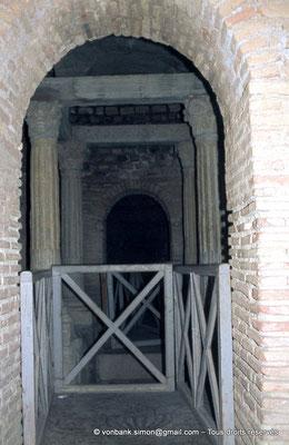[020-1978-36] Djemila (Cuicul) : Baptistère - Quatre colonnes supportant un dais de pierre