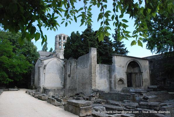 [NU001i-2018-0015] Arles - Les Alyscamps : Eglise Saint-Honorat - L'entrée initiale de l'église (portail roman restauré au XX° siècle) et la nécropole