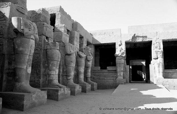 [NB077-1973-74] Karnak - Temple de Ramsès III : Côté gauche de la cour, vue prise depuis l'entrée