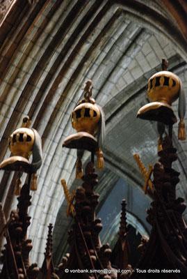 [NU002p-2016-0140] Dublin - Cathédrale Saint-Patrick - Chœur : Stalles utilisées par les chevaliers de l'Ordre de Saint-Patrick (détail)