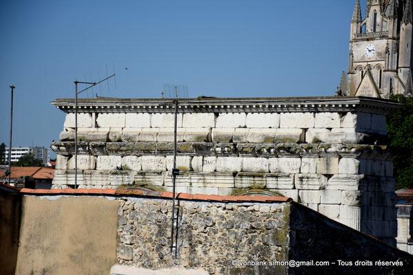 Saintes (Mediolanum Santonum) : Vue partielle de la face Est de l'arc votif - Détail de la dédicace