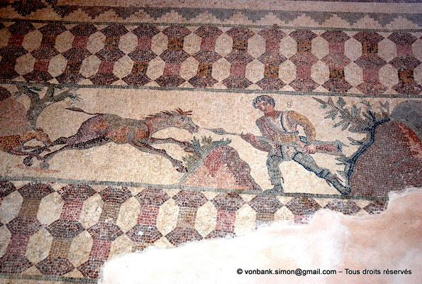 [NU900-2012-067] Paphos (Nea Paphos) : Villa de Dionysos - Scène de chasse - Chasseur prêt à transpercer de sa lance un âne sauvage [11]