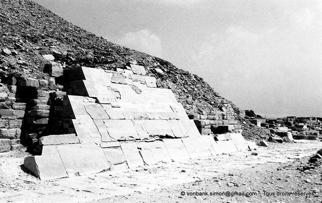 [NB085-1981-69] Saqqara - Ounas : Face Ouest de la pyramide d'Ounas avec une partie de son revêtement