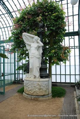 """[NU900c-2012-0196] B - Bruxelles - Laeken : Serres royales - """"L'Aurore"""", une statue du sculpteur Charles van der Stappen (1843-1910) - en arrière-plan, un cannelier"""