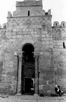 [NB015-1981-08] Sousse (Hadrumetum) : Entrée du Ribat (Deux colonnes de marbre, chapiteaux et corbeaux byzantins)