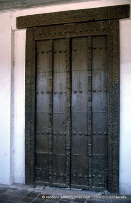 [021-1979-15] Sidi Okba - La porte en bois de cèdre sculpté