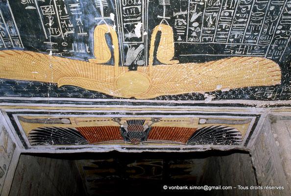 [066-1981-27] KV 9 Ramsès VI : Ailes protectrices du vautour (Nekhbet) (Linteau de la porte du couloir précédant l'antichambre) et du soleil (Ré)  (vue partielle du plafond de l'antichambre)