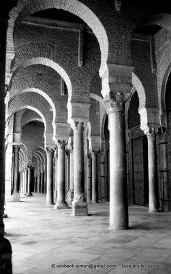 [NB015-1981-13] Kairouan : Mosquée Oqba Ibn Nafi - Portique Sud précédant la salle des prières