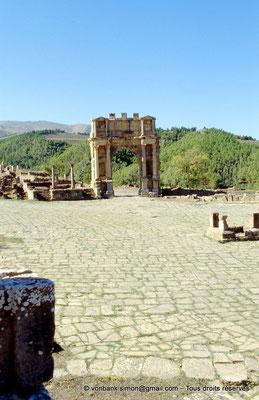 [001-1983-33] Djemila (Cuicul) : Arc de Caracalla - Façade Est vue depuis la place des Sévères
