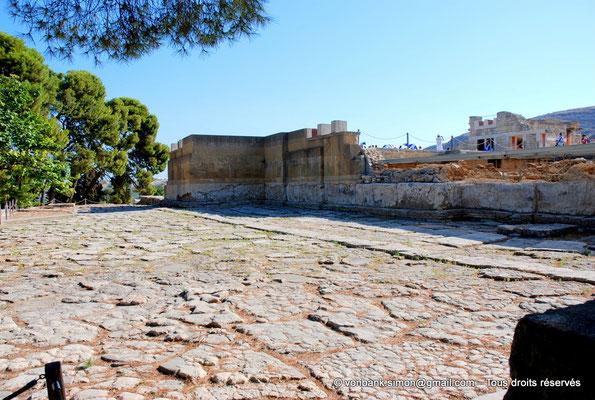 [NU905-2011-147] Cnossos (Crète) : Cour pavée de l'entrée occidentale
