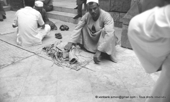 [NB072-1973-54] Le Caire - Mosquée Al-Azhar : Abords de la Porte des barbiers (entrée principale)