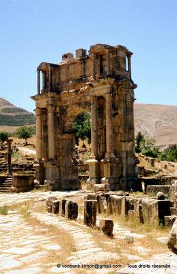 [070-1978-16] Djemila (Cuicul) : Arc de Caracalla - Au premier plan ruines du Nymphée