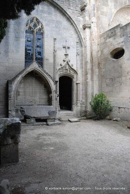 [NU001i-2018-0020] Arles - Les Alyscamps : Eglise Saint-Honorat - Enfeu extérieur et entrée de la chapelle des Mollégès