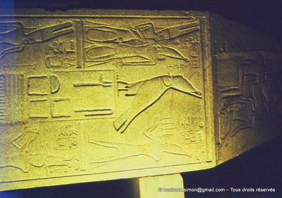 [088-1973-15] Karnak - Son et lumière : Extrémité de l'obélisque couché au nom de la reine Hatchepsout