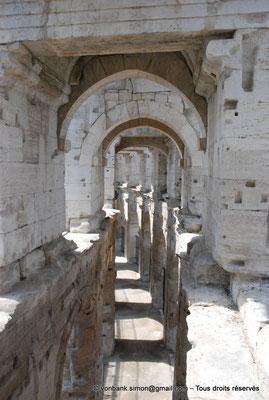 [NU001k-2018-0031] Arles (Arelate) - Amphithéâtre : Depuis le promenoir supérieur dont les dalles ont disparu, vue sur la galerie extérieure du rez-de-chaussée