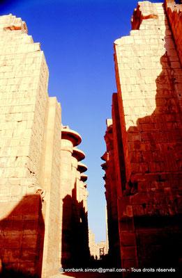 [082-1973-07] Karnak - Salle hypostyle : Porte du pylône II donnant sur l'allée principale