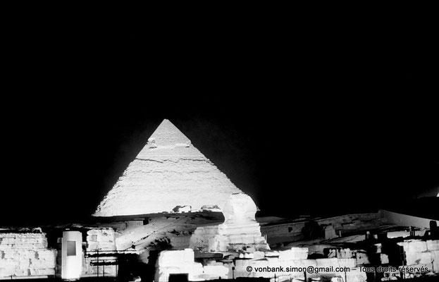 [NB081-1973-31] Gizeh - Son et lumière : La pyramide de Khéphren - En avant-plan, le grand sphinx